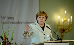 """La chancelière Angela Merkel a condamné avec férocité vendredi le """"faux débat"""" entre croissance et rigueur, révélant les divergences encore profondes de la zone euro avant un scrutin grec à haut risque dimanche et une réunion du G20 lundi."""