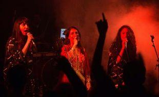 Les chanteuses israéliennes Tair (c), Liron (g) et Tagel, membres du groupe de folk yéménite A-WA, sur scène à Jérusalem, le 28 janvier 2016