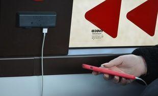 En un trajet aller-retour intégral entre Lyon Bellecour et Saint-Genis-Laval, nous n'avons rencontré qu'une utilisatrice des recharges USB placées dans le bus.