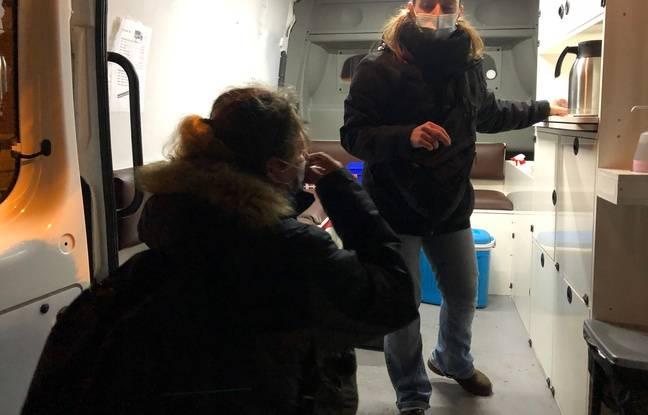 L'équipe Rimbaud distribue des sacs de couchage aux SDF