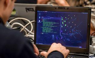Un informaticien saisissant des données (illustration).