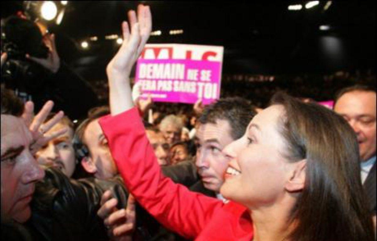 Ségolène Royal a imprimé une marque très personnelle à la dernière phase de sa campagne, jeudi soir devant quelque 8.000 personnes à Marseille, prononçant un discours où elle a revendiqué pleinement le thème de l'identité nationale pour terminer par un éloge de La Marseillaise. – Boris  Horvat AFP