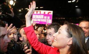 Ségolène Royal a imprimé une marque très personnelle à la dernière phase de sa campagne, jeudi soir devant quelque 8.000 personnes à Marseille, prononçant un discours où elle a revendiqué pleinement le thème de l'identité nationale pour terminer par un éloge de La Marseillaise.