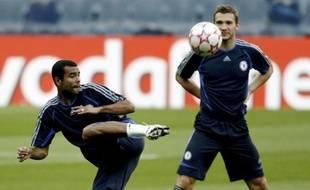 Le footballeur anglais Ashley Cole, (à gauche) lors d'un entraînement avec Chelsea, le 30 octobre 2006.