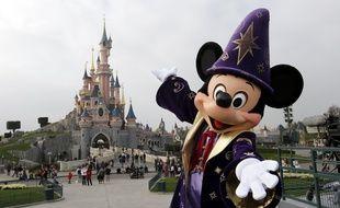 Mickey pose devant le château de la Belle au Bois Dormant, le 31 mars 2012 à Disneyland Paris.
