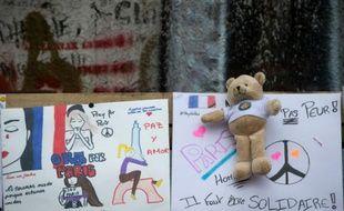 Photo prise le 6 décembre 2015, un ours en peluche est posé sur des messages de soutien Place de la République à Paris