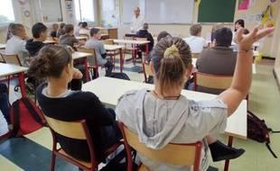 """Le recul français dans le classement international Pisa sur les performances des élèves de 15 ans alarme la presse qui y voit une """"faillite"""" du modèle républicain."""