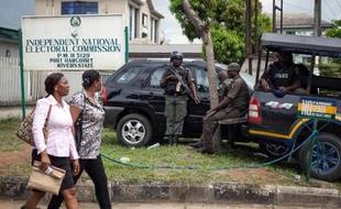 Des policiers nigérians postés devant les bureaux de la Commission nationale électorale de Port Harbour, un important centre pétrolier