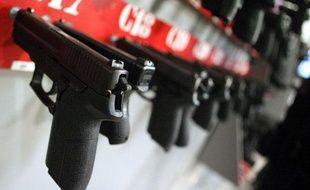 Des pistolets alignés, dans les locaux du Groupement d'intervention de la police national (GIPN), en novembre 2011