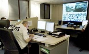 Le poste de commandement (en hautà g.) reçoit les appels des résidents et signale les nuisances aux patrouilles sur le terrain.