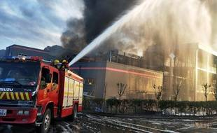 Des pompiers luttent contre le feu après l'explosion mortelle en Chine, le 12 juillet 2018.
