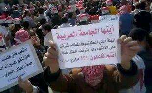 """Trois civils ont été tués dimanche dans la ville et la province de Homs en Syrie, où les militants pro-démocratie ont appelé à des manifestations pour réclamer que la Ligue arabe gèle l'adhésion de la Syrie, sous le slogan: """"Gel de l'adhésion. Arrêtez votre appui aux assassins""""."""
