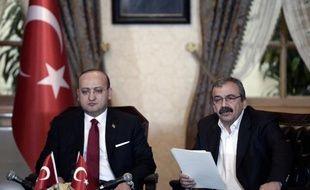 Le député Sirri Sureyya Önder (à d.) rend public un message du chef emprisonné du PKK, Abdullah Öcalan, en présence du vice-Premier ministre turc Yalçin Akdogan, le 28 février 2015 à Istanbul