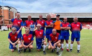 L'équipe de France de walking-foot, catégorie plus de 60 ans (avec un Edgar Davids marseillais au premier rang)