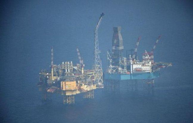 """Un des scientifiques envoyés par Greenpeace à bord d'un de ses bateaux à proximité de la plateforme d'Elgin, théâtre d'une importante fuite de gaz, a assuré lundi qu'il y avait """"beaucoup de pétrole"""" sur la mer dans la zone et qu'il s'agissait """"vraiment d'un grave accident""""."""