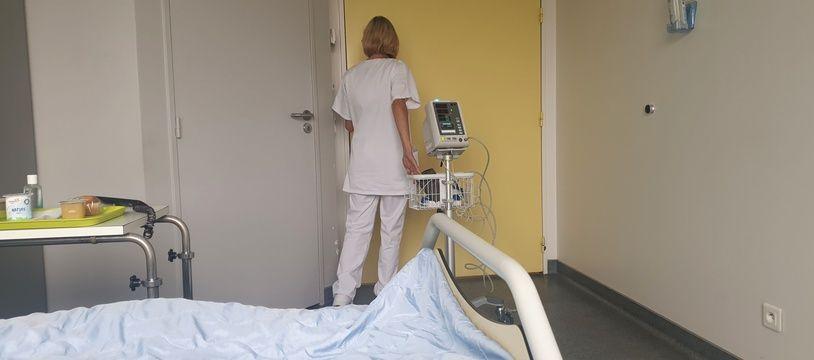 Dans une chambre d'hôpital. (illustration)