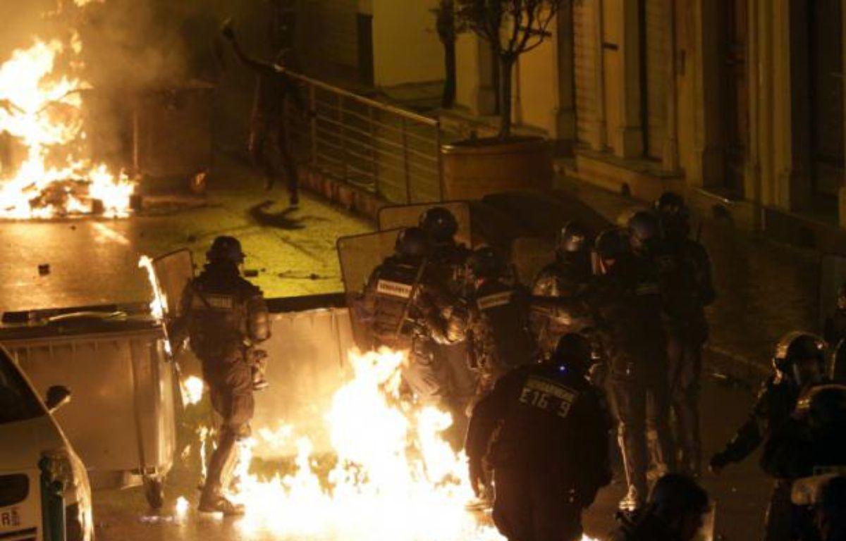 Des policiers ciblés par des cocktails Molotov lors d'affrontements avec des manifestants à Corte, en Corse, le 16 février 2016 – Pascal POCHARD-CASABIANCA AFP