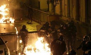 Des policiers ciblés par des cocktails Molotov lors d'affrontements avec des manifestants à Corte, en Corse, le 16 février 2016