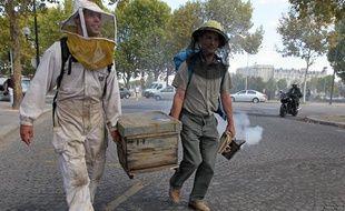 Des apiculteurs ont manifesté le 14 septembre contre les pesticides nuisibles aux abeilles en demandant l'asile écologique de leurs rûches au Jardin des plantes, à Paris.