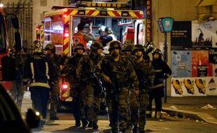 Des militaires français près de l'établissement La Belle Equipe rue de Charonne à Paris frappé par une attaque terroriste le 14 novembre 2015