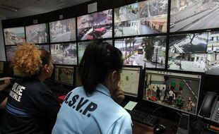 Des policières au Centre de supervision urbain de Nice, le 12 juin 2016.
