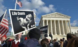 """""""La vie compte"""" sur un panneau dans la """"Marche pour la vie"""" annuelle des militants anti-avortement devant la Cour Suprême à Washington le 22 janvier 2015"""