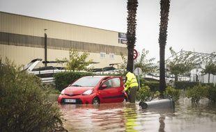 Une voiture piégée par les   inondations de novembre 2019 à Cannes-Mandelieu, dans les Alpes-Maritimes.