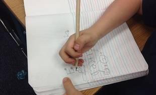 Un élève qui effectue des calculs.