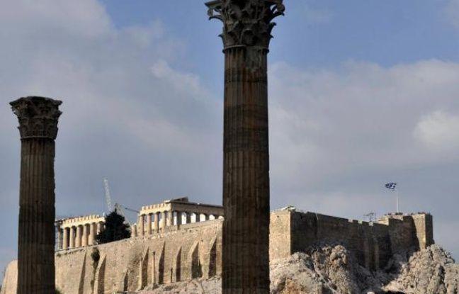 """""""Akropolis Adieu"""". Ce n'est pas seulement le titre d'une chanson de Mireille Mathieu, c'est aussi lundi la couverture du prestigieux hebdomadaire allemand Spiegel, illustrée par un temple grec délabré et les débris d'une pièce d'un euro."""