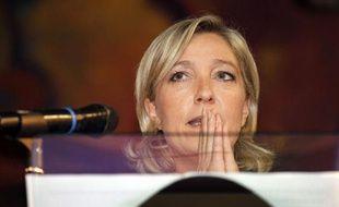 """La candidate à la présidence du Front national Marine Le Pen a étrillé, devant plusieurs centaines de sympathisants conquis, la stratégie de rassemblement de l'extrême droite de son rival Bruno Gollnisch, en affichant l'ambition de réunir """"le peuple français tout entier""""."""