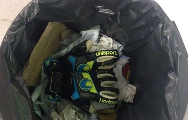 Les gants du gardien guingampais Jonas Lössl jetés dans une poubelle.