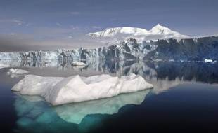 La couverture de glace de l'Antarctique occidental, dont la fonte contribuerait pour quelque 10% à la hausse globale des océans, se réchauffe deux fois vite que ce qu'on pensait, indique une étude américaine publiée dans la revue Nature Geoscience.