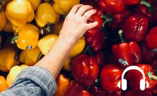 Illustration d'une personne devant des poivrons rouges et jaunes