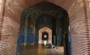 Un pakistanais prie dans la mosquée Shah Jahani, édifiée à partir de 1644 sur les ordres de l'empereur moghol Shah Jahan à Thatta, le 24 mars 2016