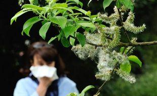 Photo d'une femme qui souffre d'une allergie  aux pollens prise le 18 mai 2013 à Godewaersvelde, dans le nord de la France