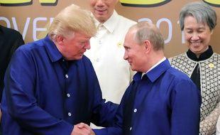 Donald Trump et Vladimir Poutine se serrent la main au sommet de l'Apec (Asia-Pacific Economic Cooperation), à Danang, au Vietnam, vendredi 10 novembre.