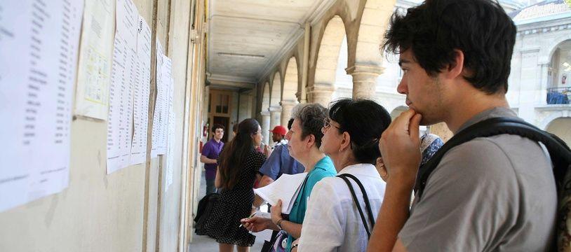 Des élèves qui découvrent leurs résultats au bac.