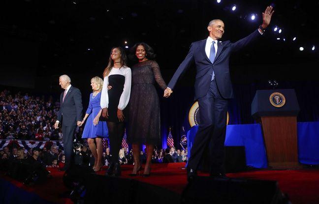 Barack Obama salue la foule avec sa femme Michelle et sa fille Malia, le 10 janvier 2017.