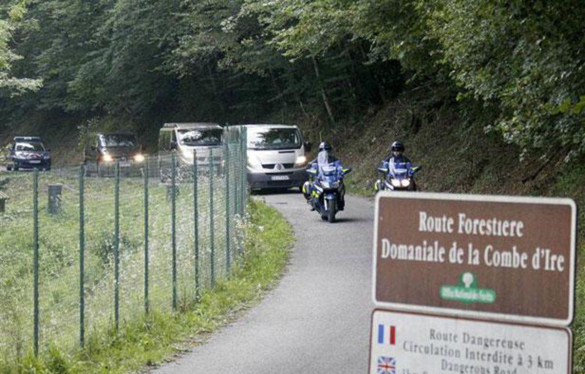 Des fourgons mortuaires quittent la scène de crime du quadruple homicide de Chevaline, le 6 septembre 2012. – REUTERS/Robert Pratta