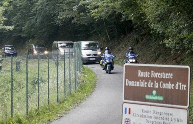 Des fourgons mortuaires quittent la scène de crime du quadruple homicide de Chevaline, le 6 septembre 2012.