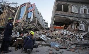 Des secouristes à Katmandou après le nouveau séisme qui a frappé le Népal le 12 mai 2015.