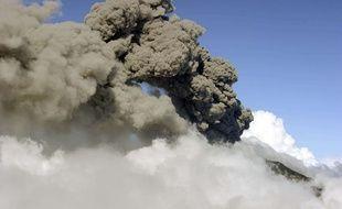 Une colonne de cendres et de fumée se dégage du volcan Turrialba, au Costa Rica, le 12 mars 2015.