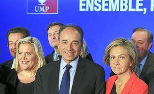 Jean-François Copé entouré  de ses soutiens, mardi à Paris.