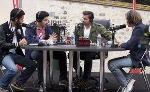 Manu Payet (à gauche) et Clovis Cornillac (3e en partant de la gauche) dans le film de Romain Lévy Radiostars.
