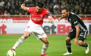 Falcao face à Morel lors de Monaco-Lyon en Ligue 1, le 4 février 2018.