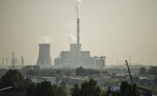 Une cheminée d'usine, le 25 septembre 2015 à Shijiazhuang, dans la province du Hebei, en Chine