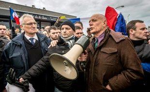 Le général Christian Piquemal (d) s'adresse aux partisans du mouvement Pegida, lors d'un rassemblement anti-migrants, le 6 février 2016 à Calais