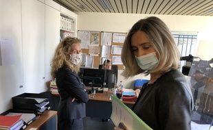 Versailles (Yvelines), le 12 mai 2020. Nicole Belloubet (à gauche) visite le tribunal judiciaire avec la procureur Maryvonne Caillibotte.