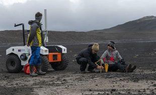 Sur cette photo prise le 19 juillet 2019, on voit des scientifiques travaillant à la NASA dans le champ de lave Lambahraun en Islande, où ils préparent leur nouvel explorateur spatial robotique pour la prochaine mission sur Mars.