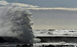 Une vague aux  Sables-d'Olonne en France, le 9 février  2016
